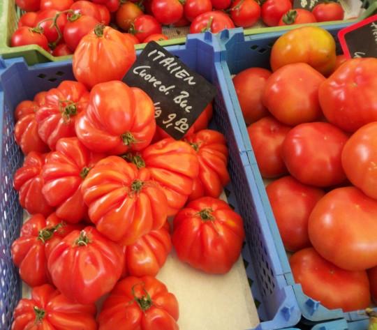 Suchen Sie sich schöne vollreife (aber nicht weiche) Tomaten aus.