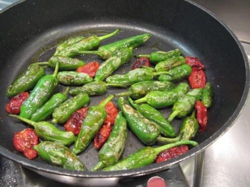 Pimentos passen großartig zu Bifteki und schmecken auch sonst sehr fein.