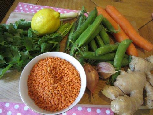 Schön bunt: die Zutaten für unsere indische Suppe