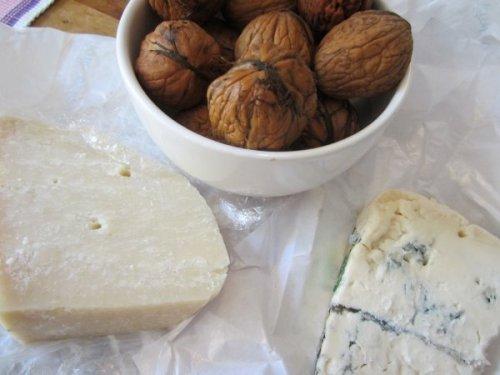 Unsere Zutaten: junge Walnüsse und Gorgonzola mit ein bisschen Parmesan