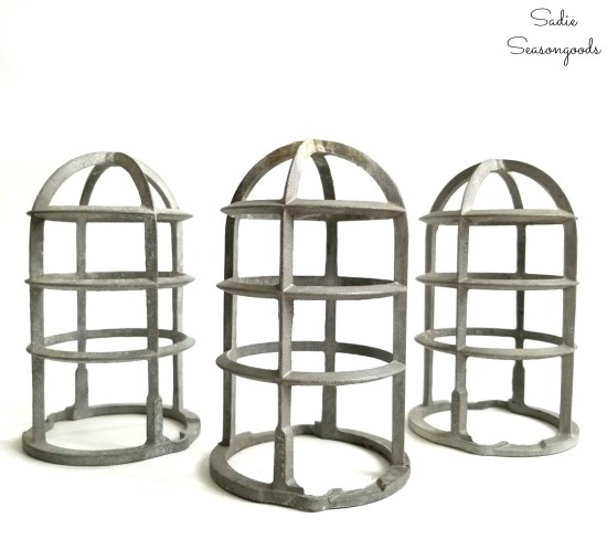 Light bulb cages with industrial style for upcycling into Christmas luminaries