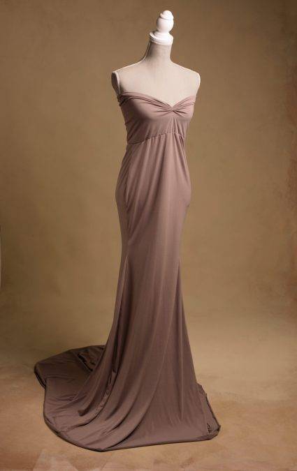 fotografia-ciążowa-beżowa-długa-suknia