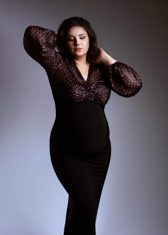 fotografia-ciążowa-w-czarnej-długiej-sukni