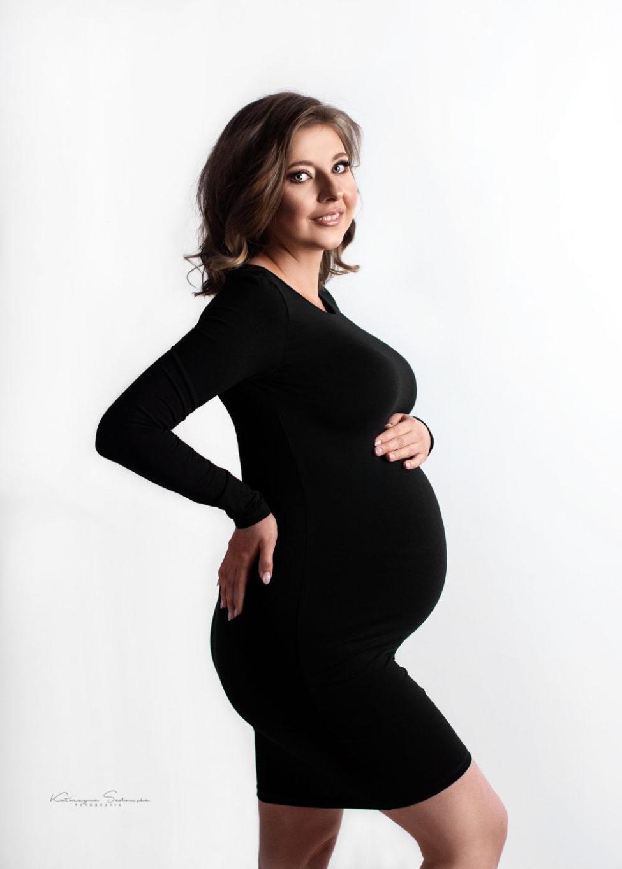 fotografia-ciążowa-w-małej-czarnej