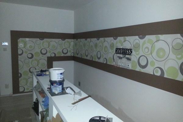 3 nalepenie tapety na sadrakortonovu dekoraciu