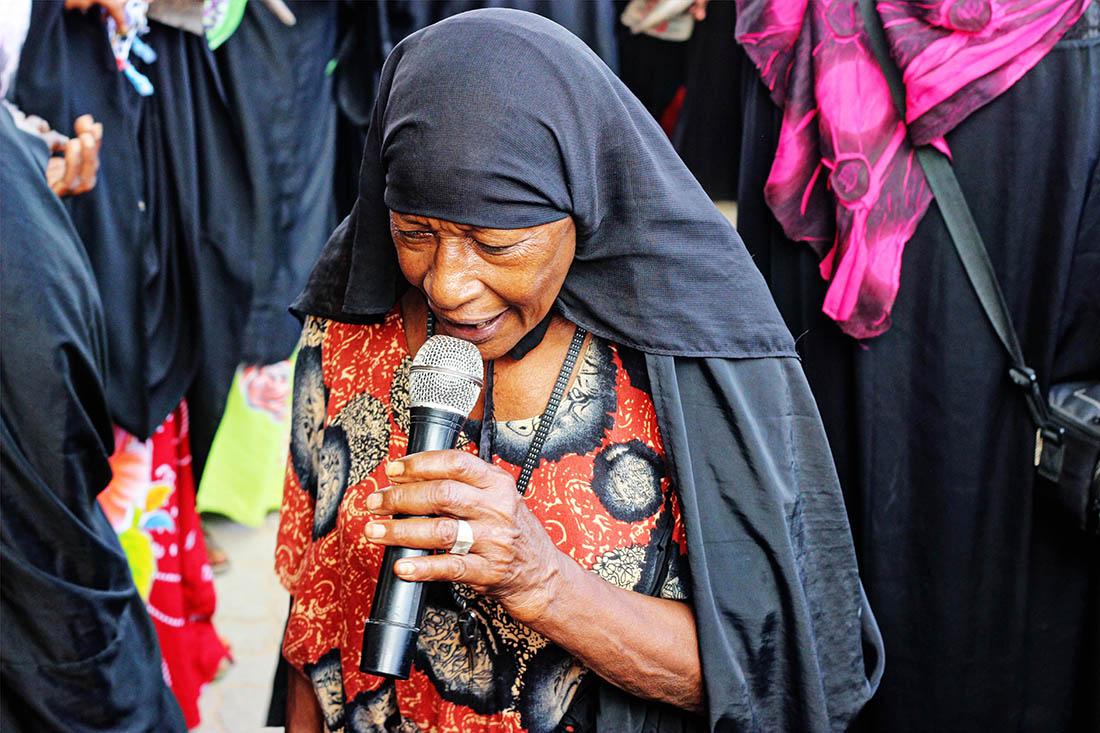 Lamu Cultural Festival_old woman singing