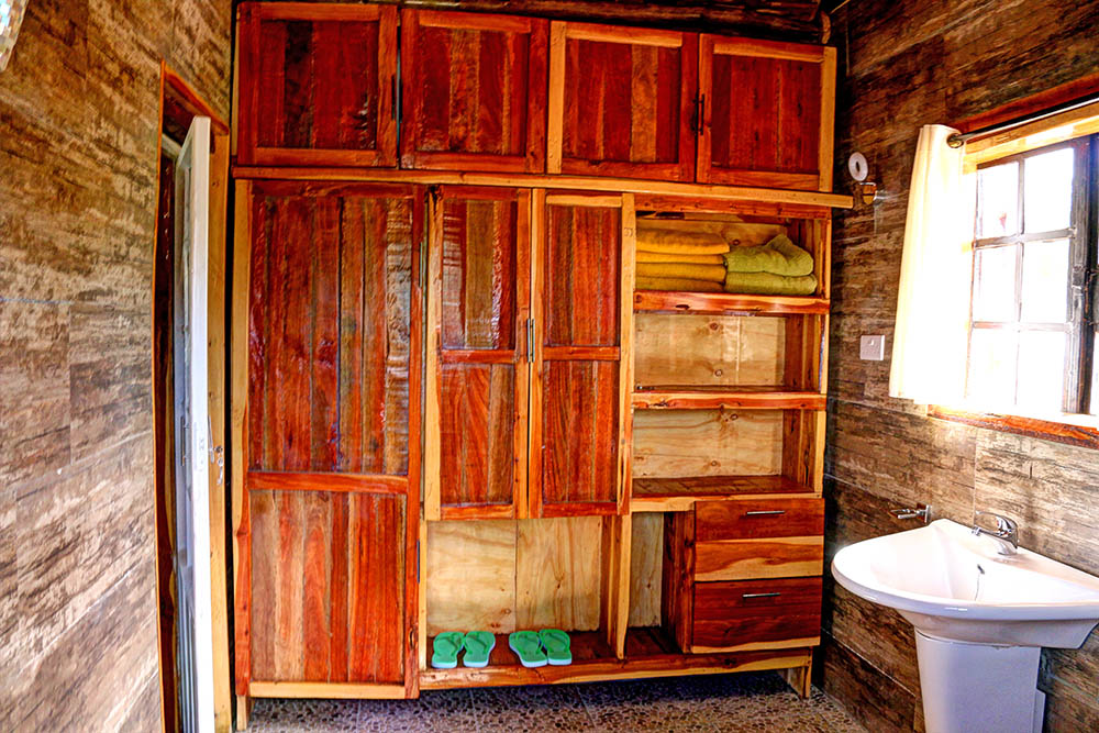 Samawati Conservancy_deluxe cottage bathroom downstairs