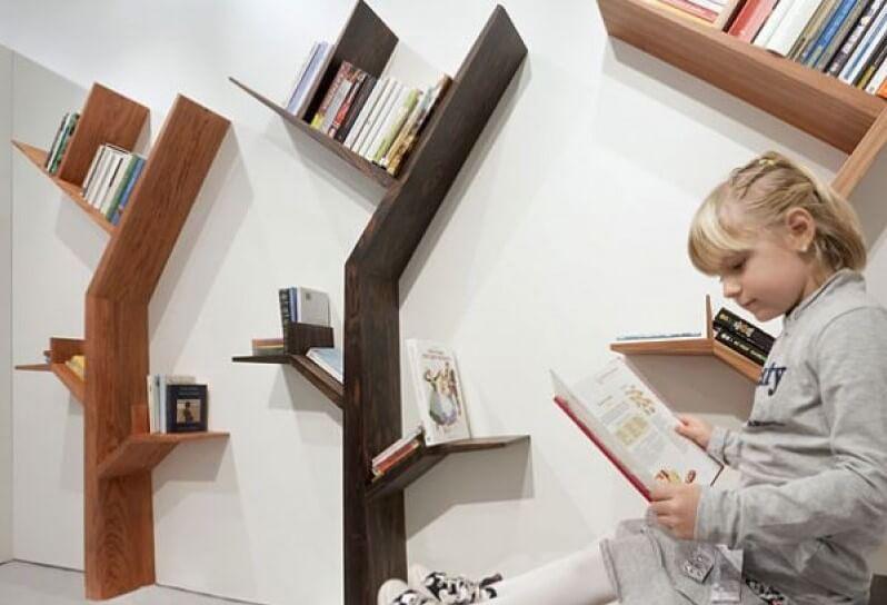 membaca buku dalam kamar