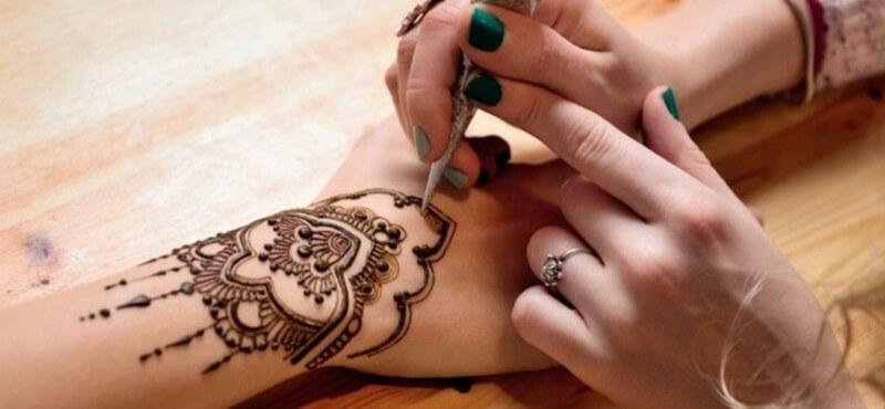 menggambar henna di tangan