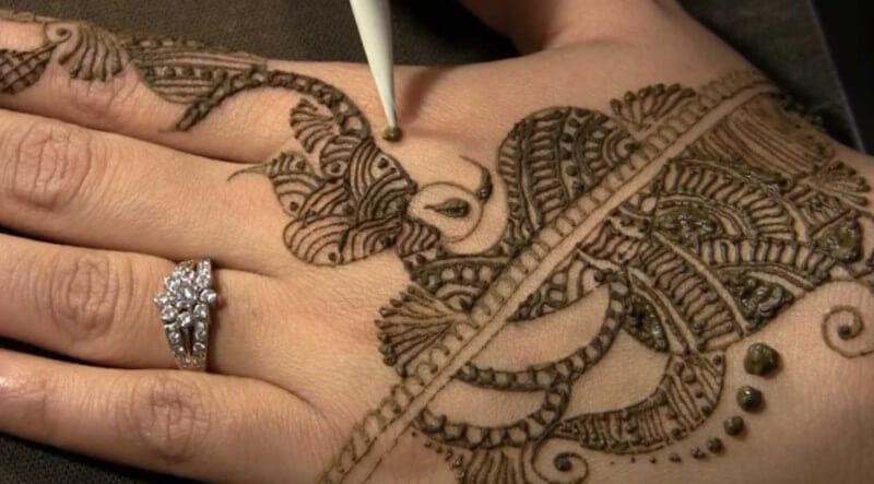 membuat henna tangan
