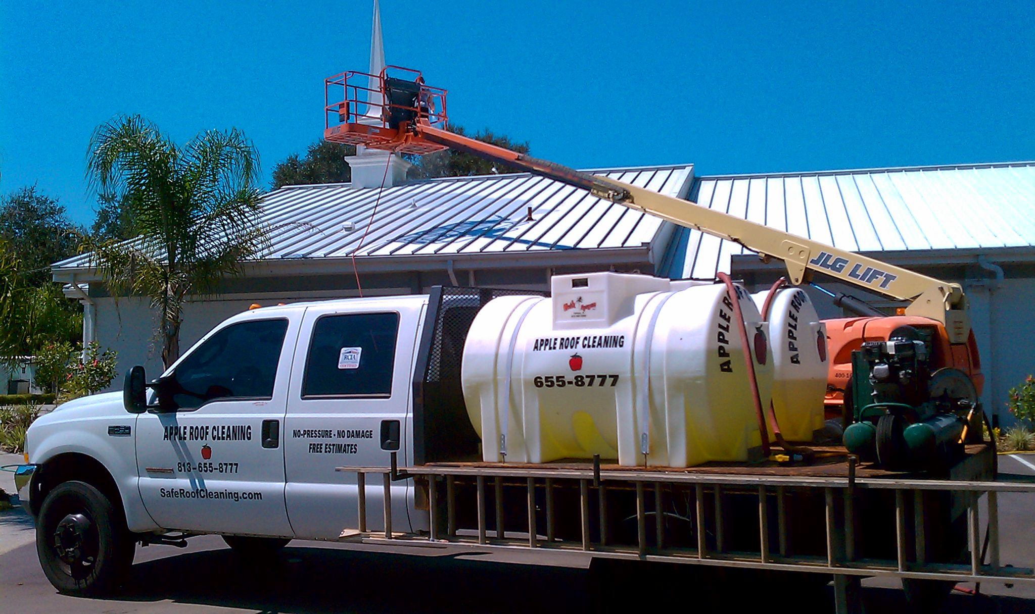 A Apple Guaranteed Safe Non-Pressure Chemical Roof Cleaning Of Tampa Bay