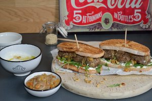 Sandwich de Kefta : Sauce blanche et Confit d'oignon aux raisins secs