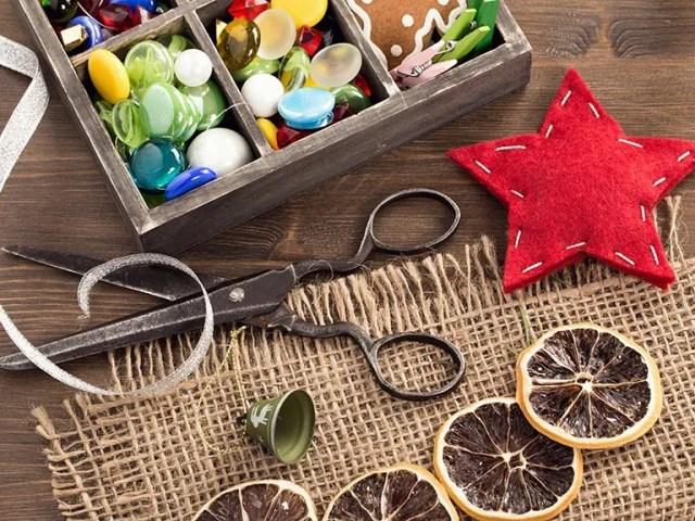 Uma caixa de artesanato cheia de botões