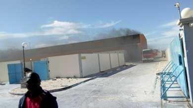 سيارة إطفاء تحاول التغلب على الحريق يوم السبت الماضي - صحراء ميديا