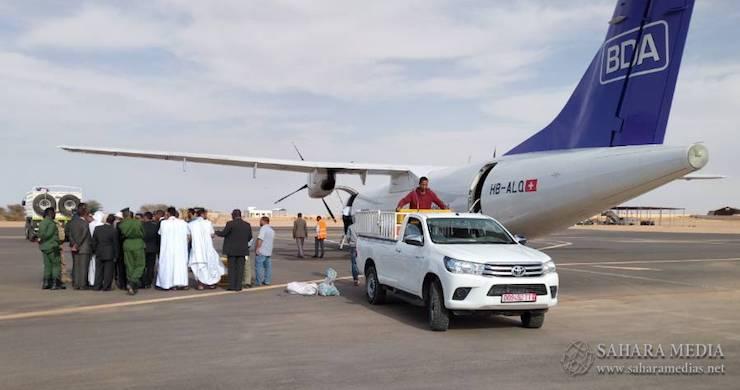 الطائرة الخاصة وهي تفرغ حمولتها من الطيور في مطار ازويرات زوال اليوم السبت - صحراء ميديا