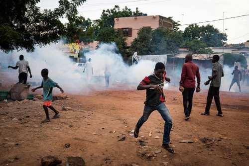 محتجون في باماكو يفرون أمام الغاز المسيل للدموع الذي أطلقته الشرطة - أ ف ب