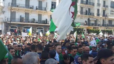 Photo of آلاف الجزائريين يتظاهرون للمطالبة بالقطيعة مع الماضي