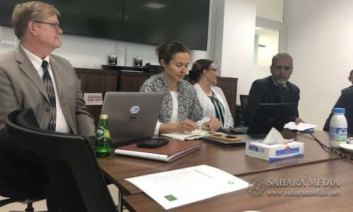 غايل بالديلي، مسؤولة الشؤون البيئية والاجتماعية في BP، رفقة مستشارين في الشركة (صحراء ميديا)