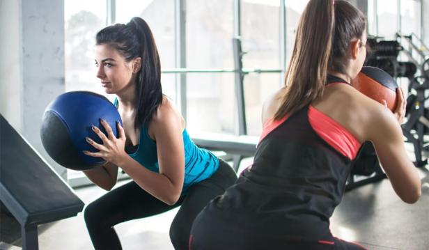 تمرينات دفع الساقين مع استخدام الكرة الطبية