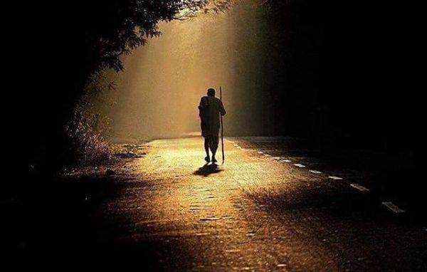 Hey  yolcu...Çıkar mı  Bu yollar sabaha ?Gelir mi  Ardından hayallerin de peşin sıra?Kimbilir kaç ömür tüketir bu  yollar ?Heybende özlem türküleri saklıdır bilirim.Ayakların nasır bağlamış  yüreğinde katran bir yalnızlık vardır bilirim (Yolcu cevap verir)Aşk için yollara düştüyse  gönülYol ölüm olsa da fedadır ömür... Sahildeki Şair Sinan Yıldızlı