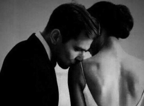 Neden ben der kadın onca kadın varken neden beni bu kadar seviyorsun...? Adam yüzünde hafif bir tebessümle başlar anlatmaya neden mi sen ?Çünkü senin yüreğime dördüncü cemre olarak düşmeni seviyorum.Çünkü seni seviyorum kızım dediğimde nefessiz kalışını seviyorum.Çünkü herkesi herşeyi unutturup hafızamı  sıfırlamanı  seviyorum.Çünkü omuzlarında taşıdığın ve sadece benim görebildiğim o bir çift kanadınla cennetim oluşunu seviyorum.Çünkü adının geçtiği heryerde kalbimdeki ani ritim değişikliğine sebep oluşunu seviyorum.Çünkü tüm umutlarımı bir bir yaktığım bir gecede karşıma çıkışını seviyorum.Çünkü  gözlerindeki huzurun tüm benliğimi kaplamasını seviyorum.Çünkü kaybolduğum tüm yolların sana çıkıyor olmasını  seviyorum.Çünkü bana aşk nedir diye sorduklarında avazım çıktığı kadar adını söylemeyi seviyorum.Çünkü çıkarsız,korkusuz, ve çılgınca yanımda oluşunu seviyorum.Seni sevmem için sayısız  nedenlerim var hatun,bu yüzden seni gözükara bir sevdanın en mert duruşuyla seviyorum.  Şimdi yasla o kutsal omuzlarını sineme cenneti koklayarak öpeyim seni Sahildeki Şair Sinan Yıldızlı