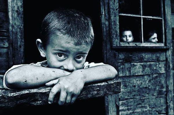ANNESİZ BÜYÜYEN TÜM YÜREKLERE İTHAFEN..! Korkuyorum Anne;İnsanların sahteliğinden, iki yüzlülüğünden korkuyorum.Keşke hiç büyümeseydim Anne,Keşke ıhlamur kokulu kış akşamlarında,Penceresinden içeriye soğuk giren gecekondumuzda çocukolarak kalsaydım.Özledim Anne, seni özledim, çocukluğumu özledim,Portakal kasalarını yaktığımız sobanın üstüne portakalkabuğu koymayı özledim.Hani üstünü kirletme deyip beni sokağa yollamanıEve döndüğümde ne bu halin deyip azarlamanı özledim.Peşine takılıp pazara gitmeyi, o çok sevdiğim ve her defasındaparamız olsun alırız deyip de bir türlü paramız olmadığıiçin alamadığım Cim bom formasını çok özledimAnne.Bakkaldan aldığım ekmeğin ucunu kopartmayı, domatesiısırarak yemeyi, komşumuz Zehra teyzeyi çok özledimAnne.Salça kutusundan yaptığın kumbaramı, sandıkta sakladığınkundağımı, doğup büyüdüğüm sokağımı özledim Anne.Bakır kaplı güğümleri, sokaktaki düğünleri, mutlu olduğumo günleri çok özledim Anne.Cüzdanında taşıdığın siyah beyaz fotoğraftaki renkli gözleriniözledim Anne.Keşke yanımda olsan da o pamuk ellerini öpsem, koklasam,cennet kokan ayaklarına kapansam.Keşke kollarım olmasaydı da sen olsaydın, sana sarılamayan kolları ne yapayım ben Anne.Neredesin Annem neredesin ?ben seni çok özledim…! Sinan Yıldızlı#annesevgisi#Annelergünükutluolsun#AnnemBenimKahramanım#AnnelerGünü#annelergünü #annelerhttps://m.facebook.com/story.php?story_fbid=627475894311371&id=100011468982381
