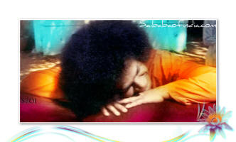 frame-head-down-resting-on-his-hands-srisathya-sai-baba