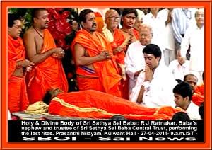 bhagawan-last-rites-of-sri-sathya-sai-baba-27-04-2011-puttaparthi-sai-baba-body.jpg