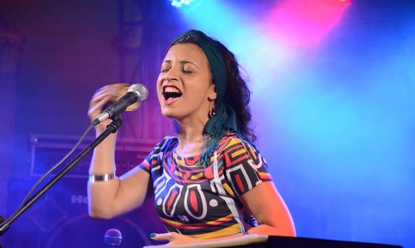 Sílvia Sol é cantora e compositora