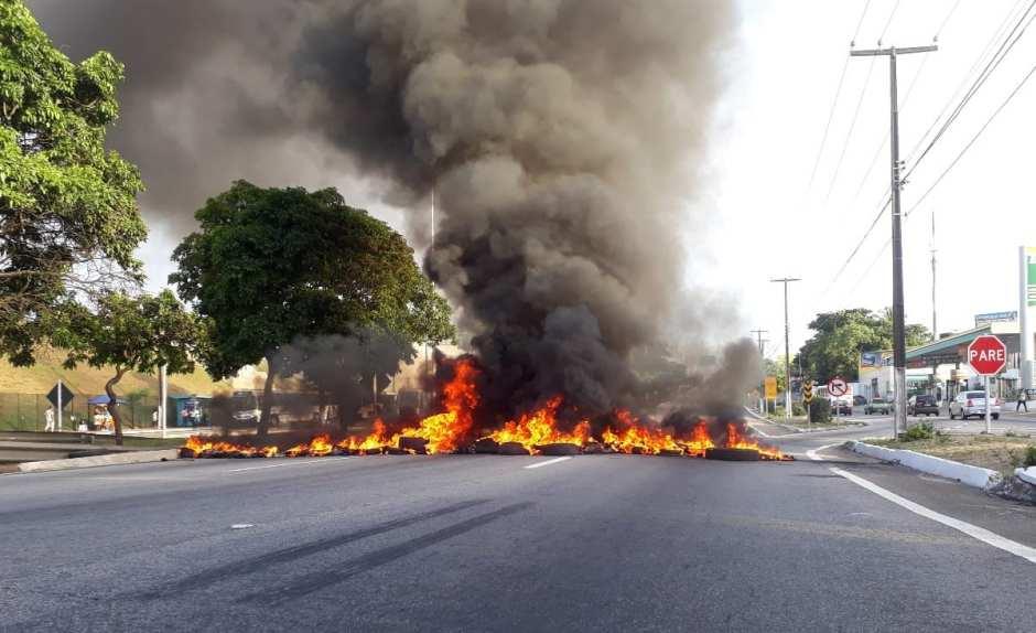 Manifestantes atearam fogo em frente ao supermercado Carrefour