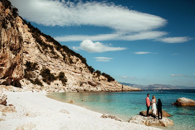 Cala dei Gabbiani makes a perfect background for an elopement