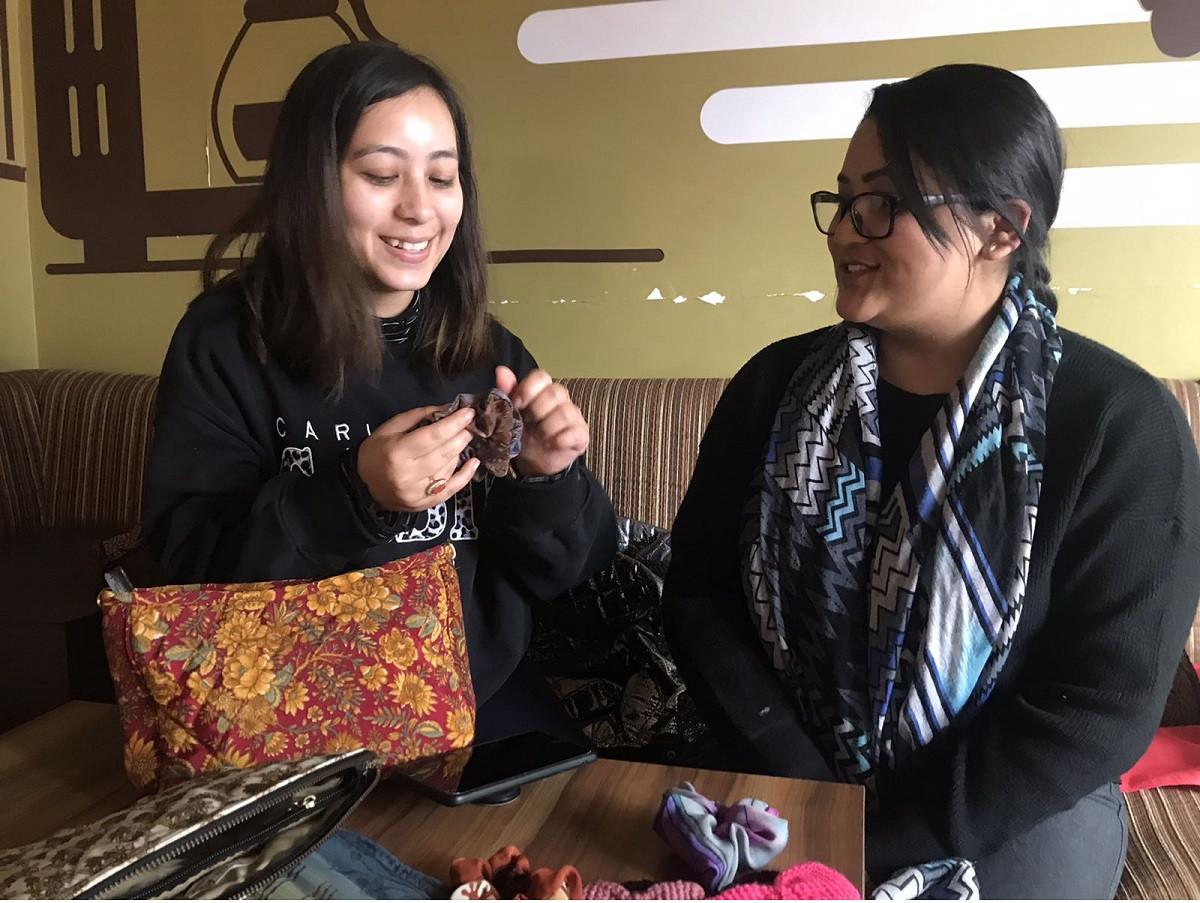 स्नातकोत्तर पढेका 'दिदीबहिनी' जागिर छाडेर पुराना सारीका झोला बनाउँदै