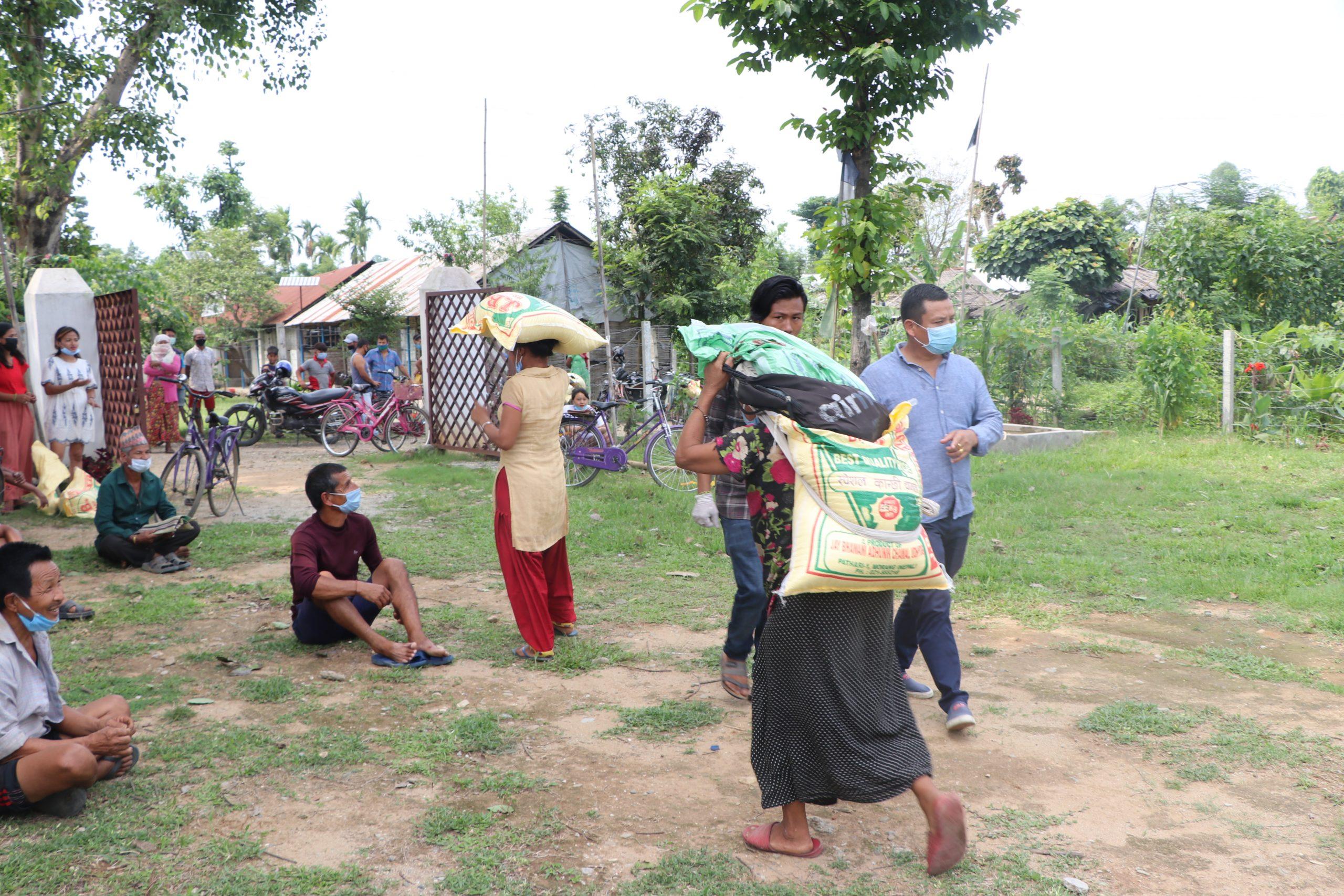 तेस्रो मुलुकमा रहेका नेपालीद्धारा शरणार्थी सिविरमा राहत वितरण