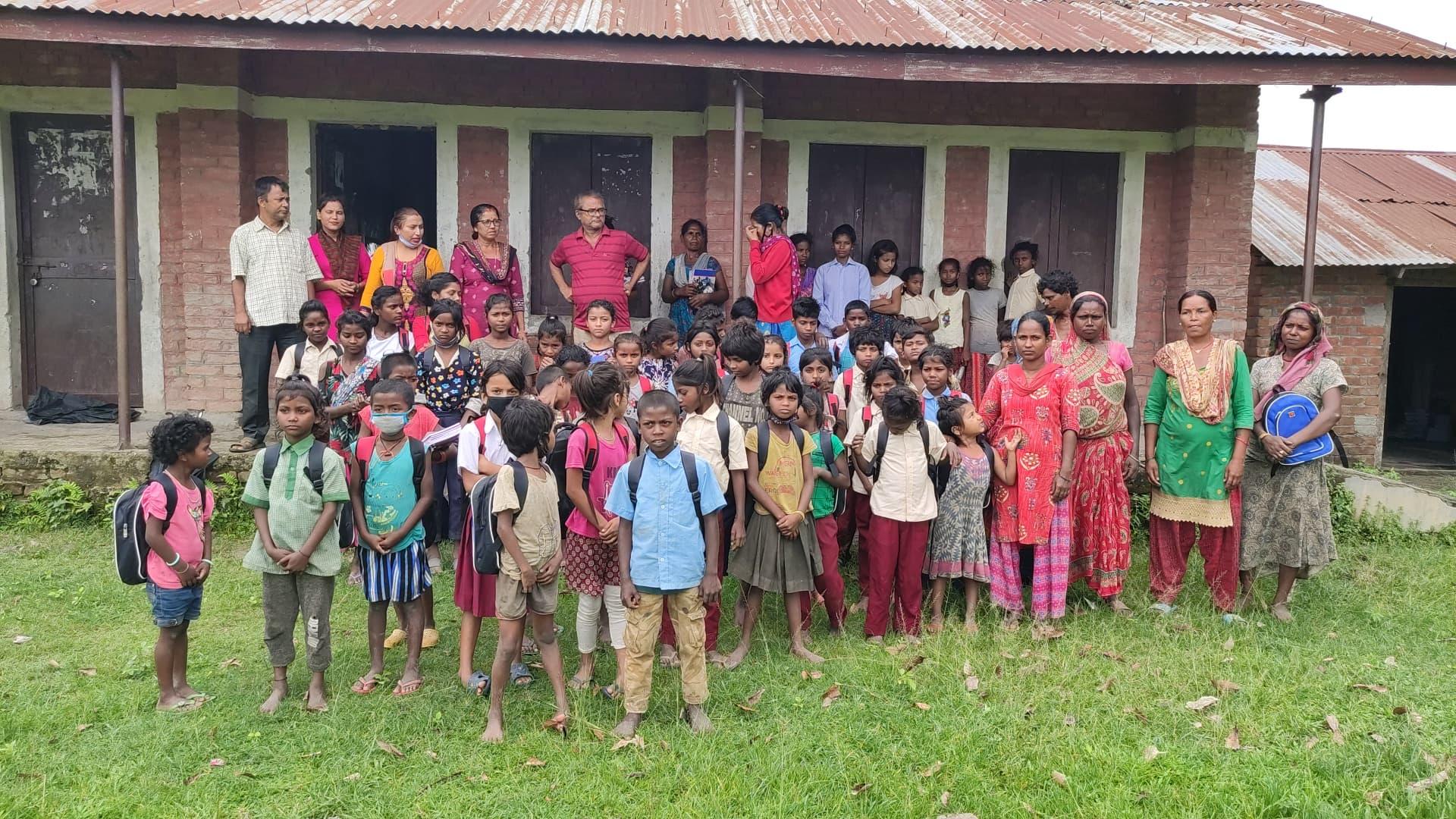 सामुदायीक विध्यालयका ६१ मुसहर बालबालीकालाई नाल्वोको सहयोग