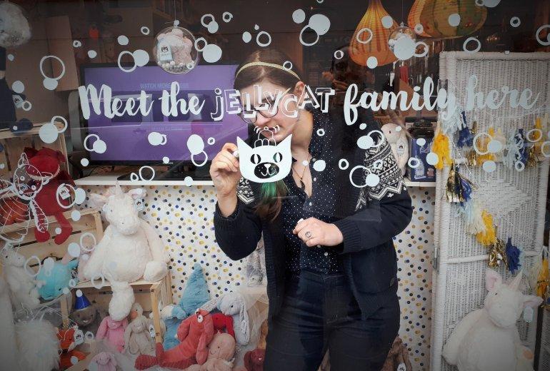 Eve Brengard en pleine action pour une vitrine de Sajou