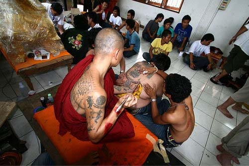 Bhikkhu tattooing at Wat bang Pra