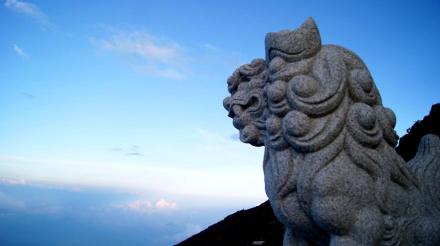 富士山、日本をにらむ狛犬