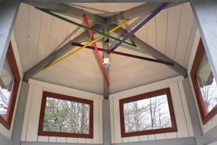 Pinnarna i taket ger ett spännande skuggspel.