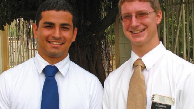Dupla de missionários mórmons © 2012 Intellectual Reserve, Inc. Todos os direitos reservados.
