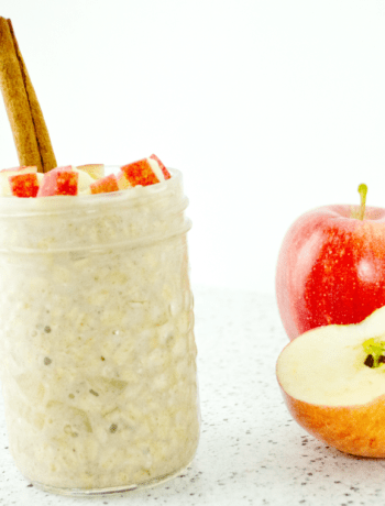 These 5-Ingredient Apple Pie Overnight Oats are great for quick and busy mornings or even for camping! They take 5 minutes of meal prep the night before and are so delicious!  Bonus for being Vegan and Gluten free! Get the recipe from @fitcheerldr #mealprep #overnightoats #applepie