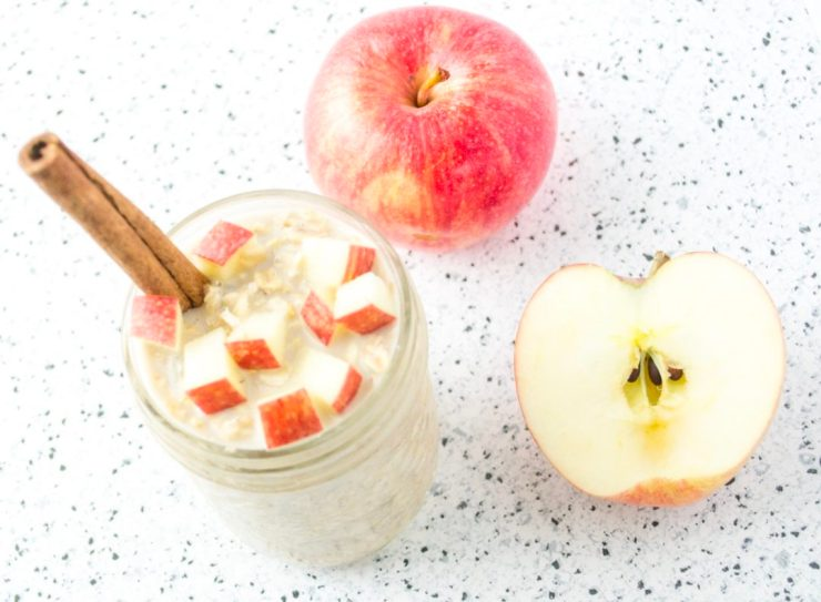 These 5-Ingredient Apple Pie Overnight Oats are great for quick and busy mornings or even for camping! They take 5 minutes of meal prep the night before and are so delicious! Bonus for being Vegan and Gluten free! Get the recipe from @fitcheerldr