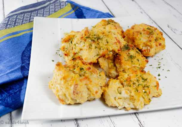 These copycat homemade garlic cheddar biscuits take less than 20 minutes and taste even better than the ones from Red Lobster! #copycat #redlobstercopycat #garliccheddarbiscuits #biscuits #homemade #biscuitrecipe #garliccheddarbiscuits