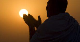 A Muslim pilgrim prays at the top of Mount Noor in Mecca, during the annual pilgrimage (Haj) December 4, 2008. The pilgrims will visit the Hera cave in Mount Noor, where Muslims believe Prophet Mohammad received the first words of the Koran through Gabriel. REUTERS/Ahmed Jadallah (SAUDI ARABIA)