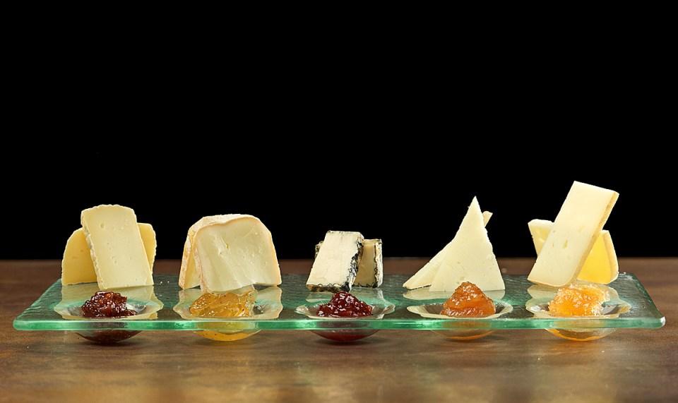 Assortiment de formatges artesans de Catalunya amb les seves confitures