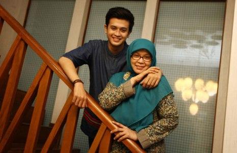 Hamas Syahid bersama Yulyani, sang ibu, yang mengajari banyak hal dalam hidupnya. Foto-Dipta Wahyu-Jawa Pos-jpeg.image