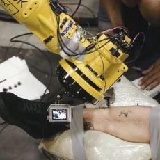 Tatuagem por um robô industrial