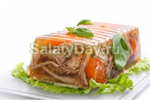 Menyalakan roda stereng daging babi dalam periuk yang perlahan