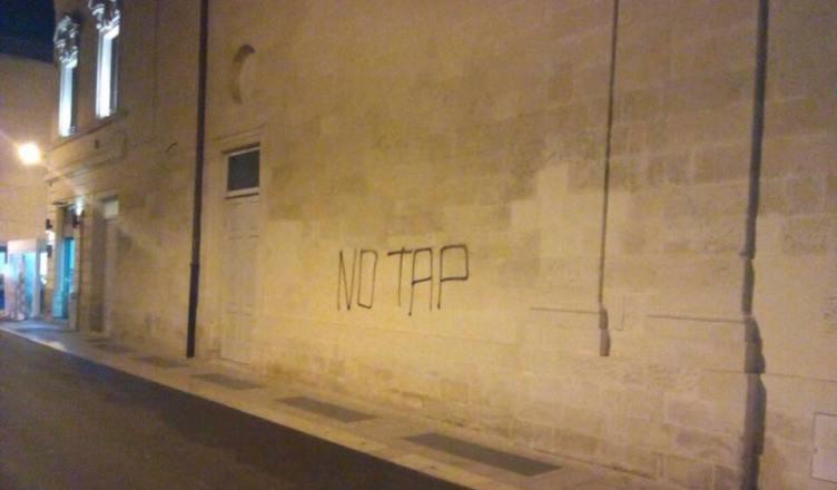 manifestazione no tap lecce 16 marzo 2018 scritte sui muri