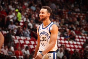 Los Warriors ganan en Miami con 30 puntos de Curry