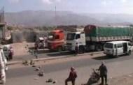 مقاومون محتجون يقطعون الطريق العام بمريس الضالع